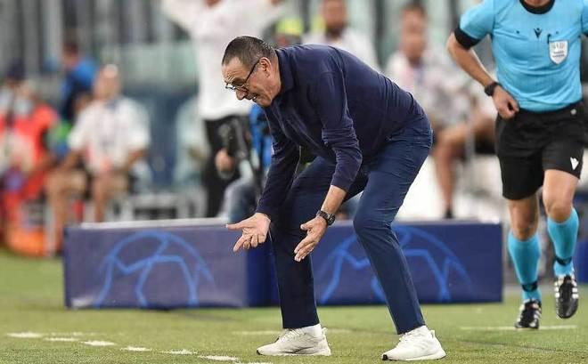 Sarri, técnico de la Juventus, se lamenta en un momento del partido...