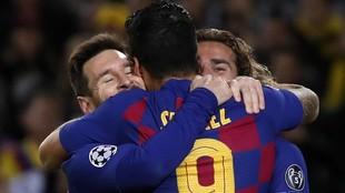 Messi, Suárez y Griezmann se abrazan después de un gol en el Camp...