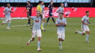 Los jugadores del Celta, tras anotar Santi Mina un gol. EFE