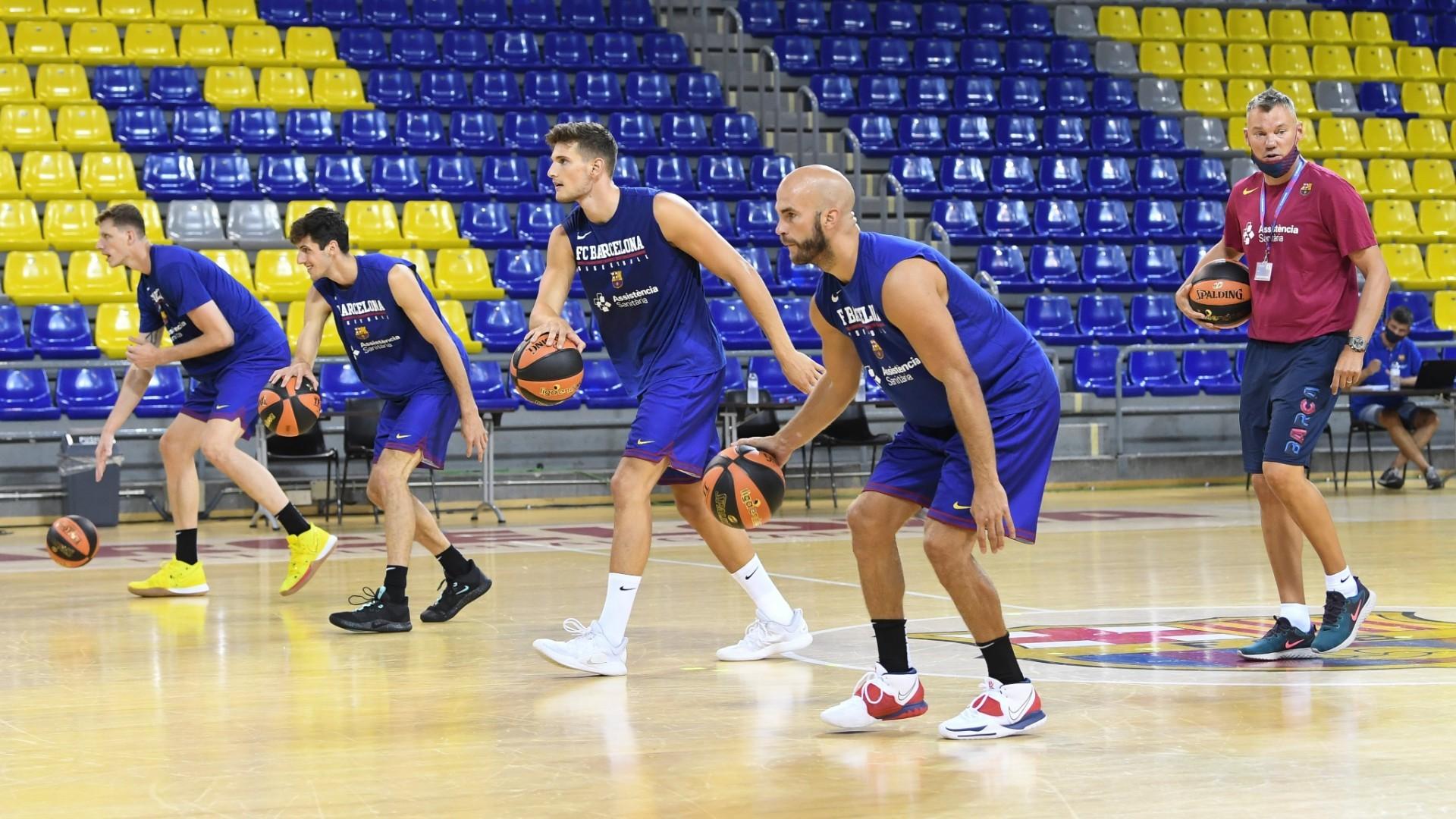 Sarunas Jasikevicius observa el entrenamiento, con Nick Calathes en...