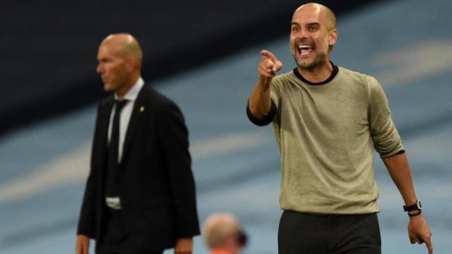 Guardiola da instrucciones a sus jugadores con Zidane al fondo.