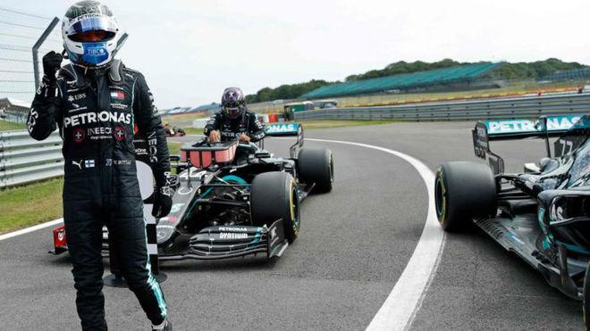 Bottas celebra la pole mientras Hamilton se baja del coche tras la...