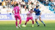 Un jugador del San Fernando y otro del Badajoz disputan un balón.