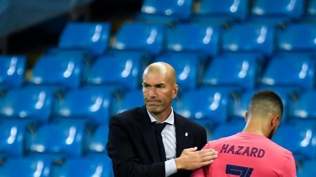 Zinedine Zidane y Eden Hazard, en el momento del cambio en el partido...