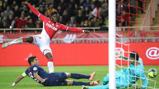 Keita Baldé dispara en un partido del Mónaco contra el PSG.
