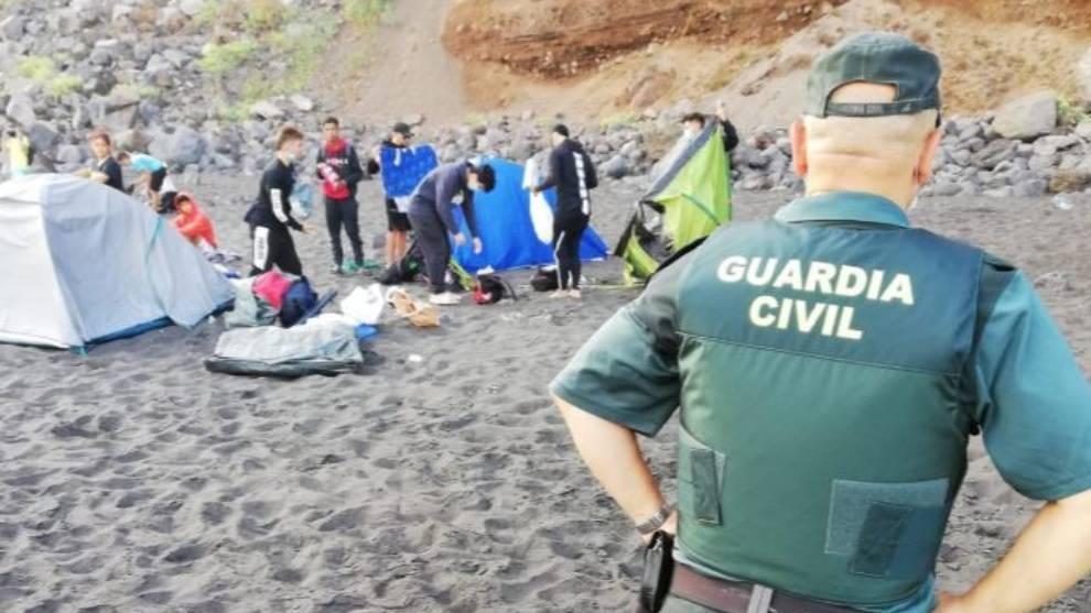 La Guardia Civil y Policía Local desalojan la playa