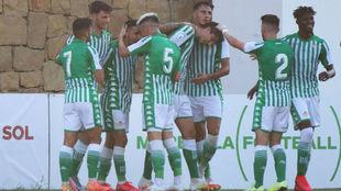 Jugadores del Betis Deportivo celebran un gol.
