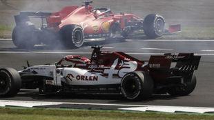 Vettel, en el momento de su trompo en la primera curva de la carrera.