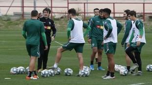 Pacheta da instrucciones a sus jugadores durante un entrenamiento.