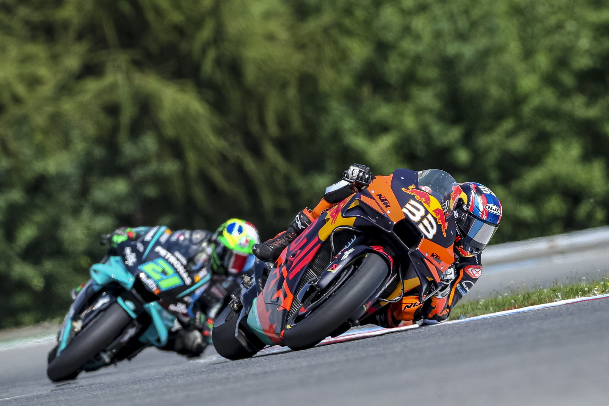 Brno (Czech Republic), 09/08/2020.- South African rider Brad lt;HIT gt;Binder lt;/HIT gt; (R) of Red Bull KTM Factory Racing team in action during the MotoGP race of the Motorcycling Grand Prix of the Czech Republic at Masaryk circuit in Brno, Czech Republic, 09 August 2020. (Motociclismo, Ciclismo, República Checa, Sudáfrica) EFE/EPA/MARTIN DIVISEK