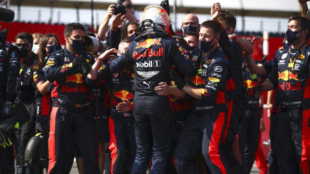 Verstappen celebra su victoria con los mecánicos en Silverstone.