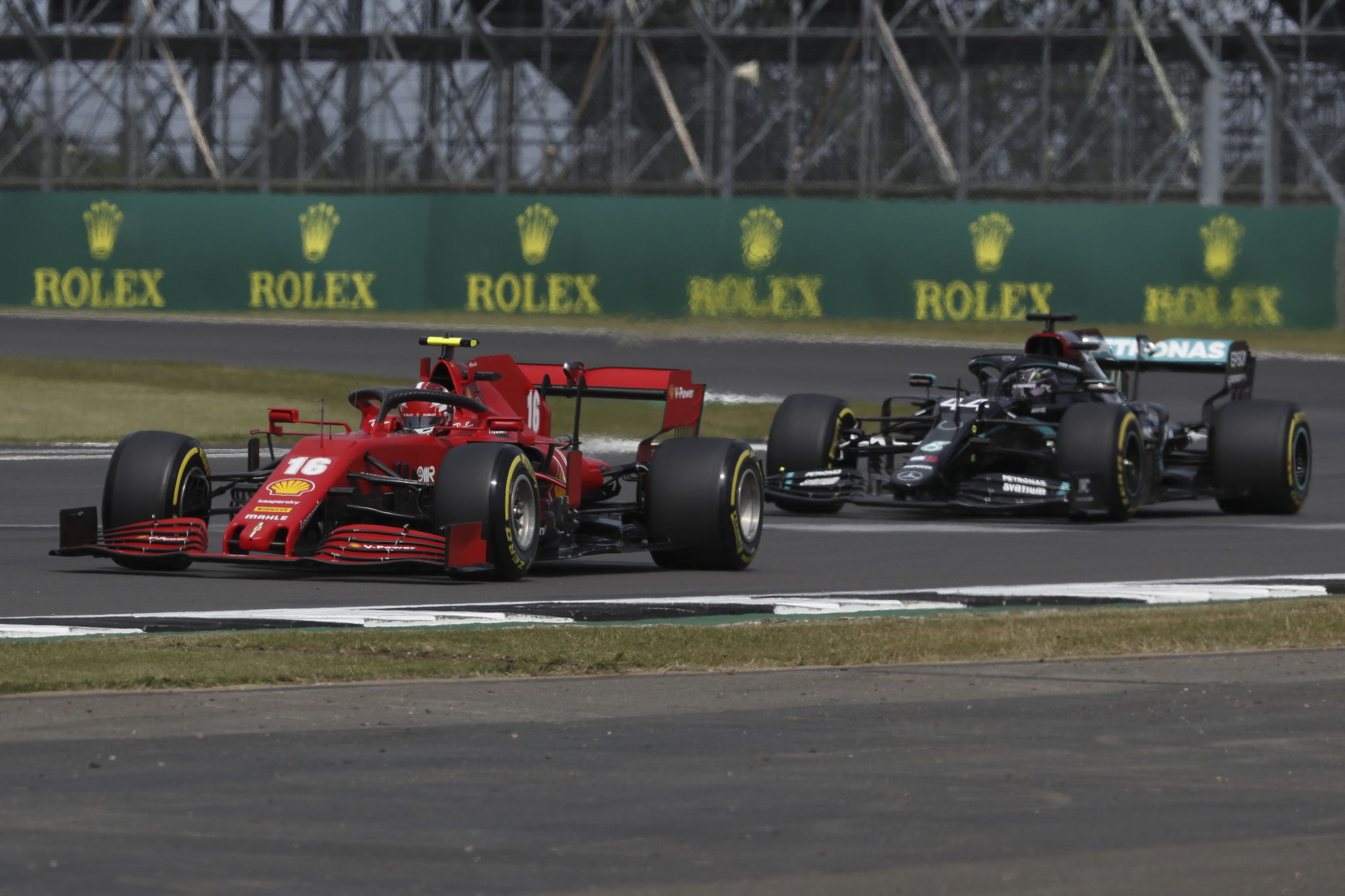 Silverstone (United Kingdom), 08/08/2020.- Monacos Formula One driver Charles lt;HIT gt;Leclerc lt;/HIT gt; of Scuderia Ferrari (L) and British Formula One driver Lewis Hamilton of Mercedes-AMG Petronas (R) in action during the qualifying session of the 70th Anniversary Formula One Grand Prix in Silverstone, Britain, 08 August 2020. (Fórmula Uno, Reino Unido) EFE/EPA/Frank Augstein / Pool