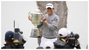 Collin Morikawa posa con el trofeo del PGA Championship.