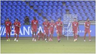El Fuenlabrada, durante el partido en Riazor tras marcar el primer...