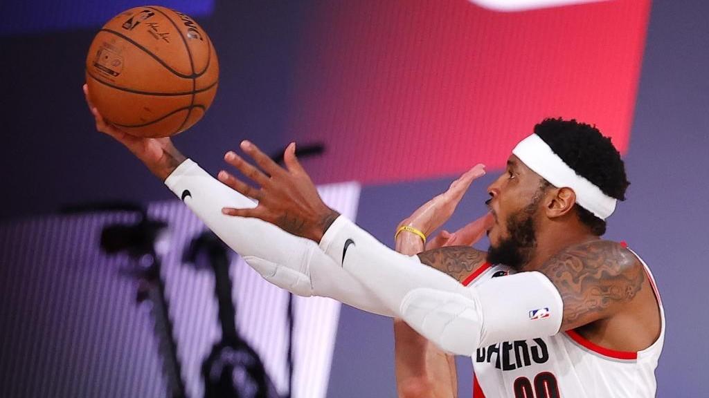Carmelo Anthony entra a canasta en el partido ante los Sixers.