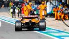 Carlos Sainz entra a boxes en el GP del 70 Aniversario