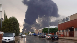 Columna de humo en el incendio de Repsol Puertollano