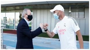 Zidane y Florentino se saludan en Valdebebas.