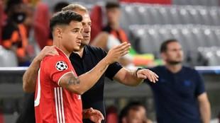 Coutinho recibiendo indicaciones de su entrenador.