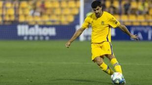 Carlos Pomares golpea el balón en un partido con el Alcorcón.