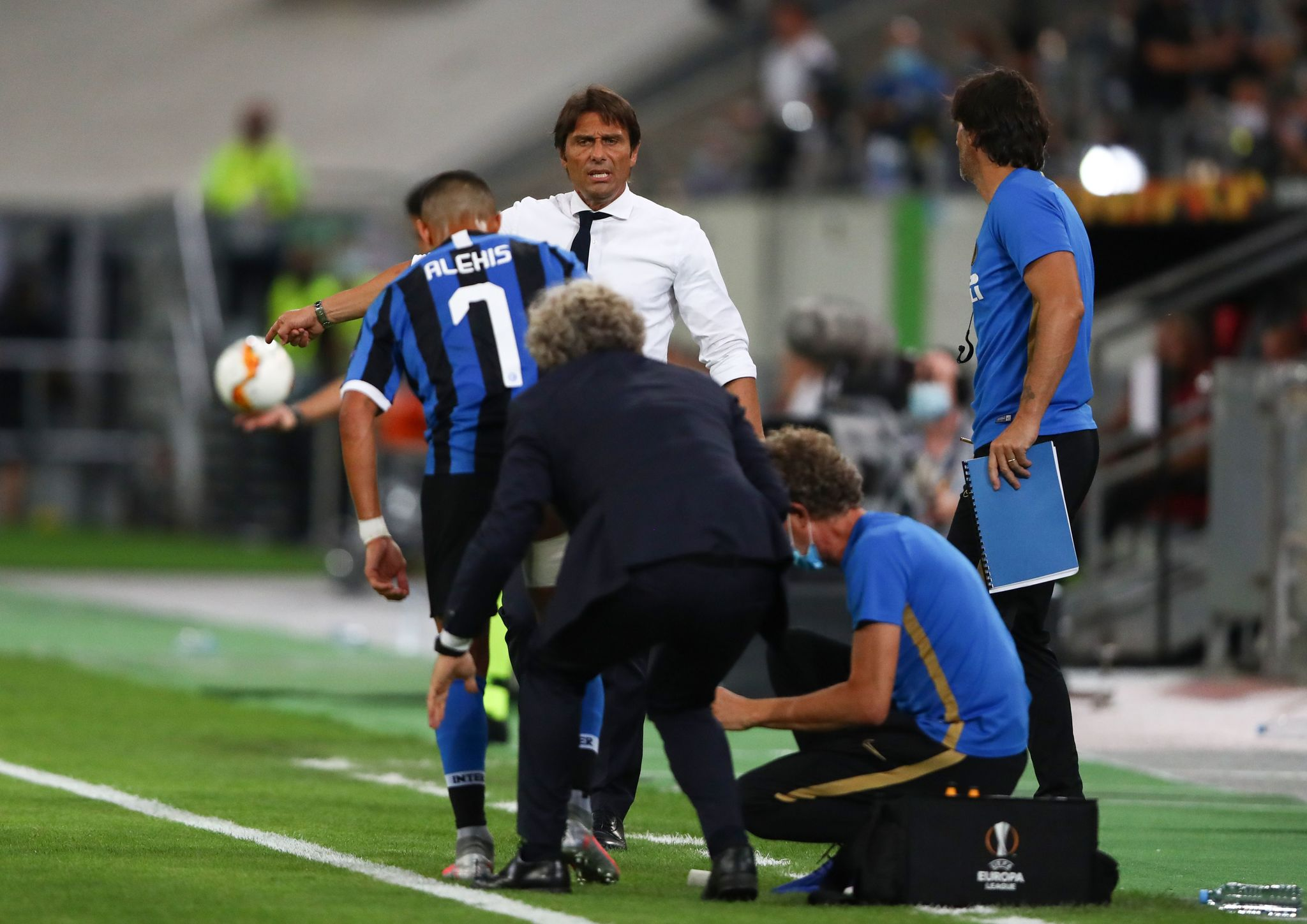 Inter Milans Chilean forward lt;HIT gt;Alexis lt;/HIT gt; Sanchez gets bandaged during the UEFA Europa League quarter-final football match Inter Milan v Bayer 04 Leverkusen at the Duesseldorf Arena on August 10, 2020 in Duesseldorf, western Germany. (Photo by Dean Mouhtaropoulos / POOL / AFP)