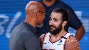 Monty Williams, entrenador de los Suns, charla con Ricky Rubio.