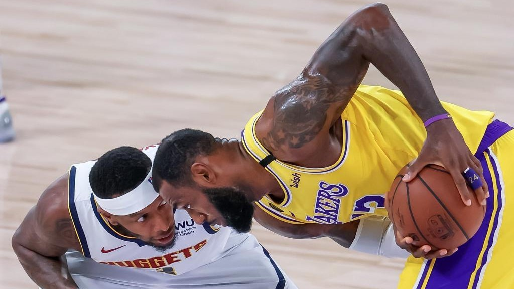 LeBron James, frente a frente con Torrey Craig, jugador de los...