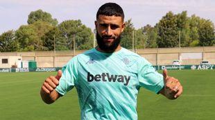 Fekir (27) posa con la nueva camiseta de entrenamiento del Betis.