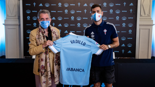 Álvaro Vadillo posa con su nueva camiseta. RC Celta