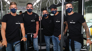 Llorente, Adán, Koke, Vitolo y Hermoso posando tras aterrizar en...