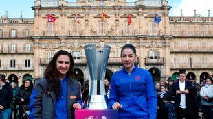 Nahikari, con la azulgrana Vicky Losada antes de la Supercopa.
