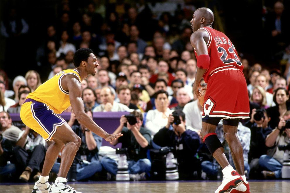 Kobe Bryant defiende a Michael Jordan durante un partido en el Forum...