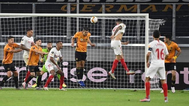 Ocampos cabecea a gol el tanto que clasifica al Sevilla.