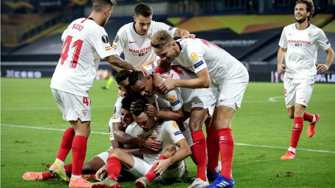 Los jugadores del Sevilla celebran el gol de la victoria.