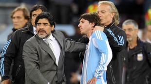 Maradona, Leo Messi y Fernando Signorini con la selección de...