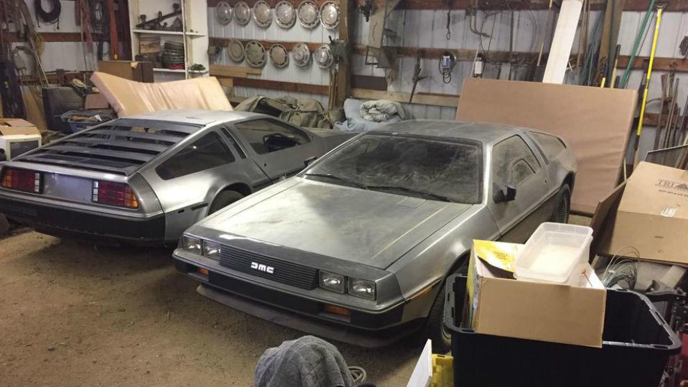 Los dos DeLorean parecen estar en buenas condiciones.