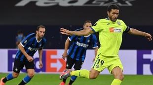 Jorge Molina, lanzando el penalti frente al Inter. EFE