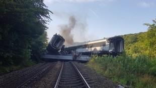 Descarrila un tren de pasajeros en Escocia