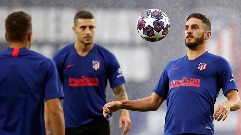 Koke controla el balón en un entrenamiento.