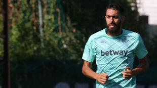 Borja Iglesias corre por las instalaciones de Marbella.