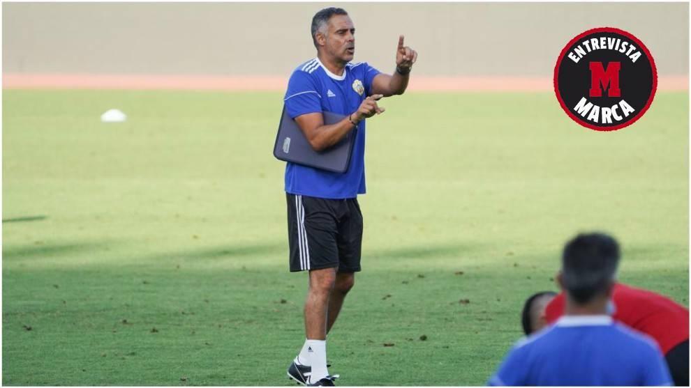 José Gomes gesticula dando órdenes a sus jugadores durante un...