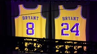 Las dos camisetas de Kobe Bryant, colgadas del techo del Staples...