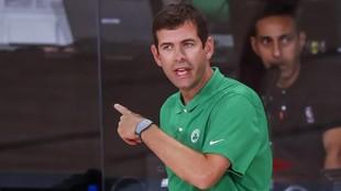 Brad Stevens da instrucciones en un partido de los Celtics.