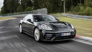 El nuevo Porsche Panamera, ligeramente camuflado, en el circuito de...