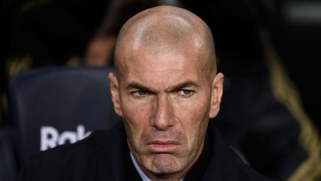 Zinedine Zidane, en el banquillo del Camp Nou en el pasado Clásico...