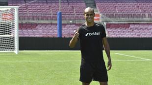 Rivaldo posando en el Camp Nou.
