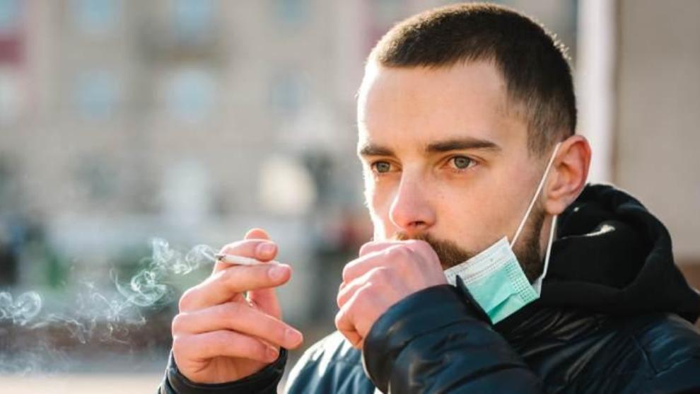 Sanidad alerta del riesgo de fumar asociado a la transmisión del...