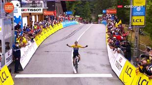 Primoz Roglic levanta los brazos al entrar en meta