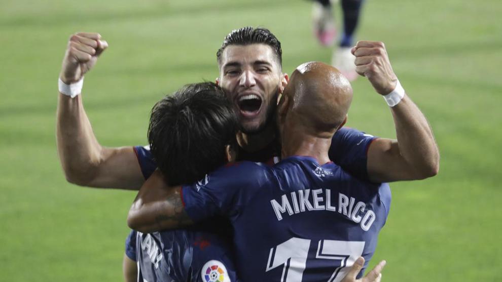 Rafa Mir celebra un gol con Okazaki y Mikel Rico.