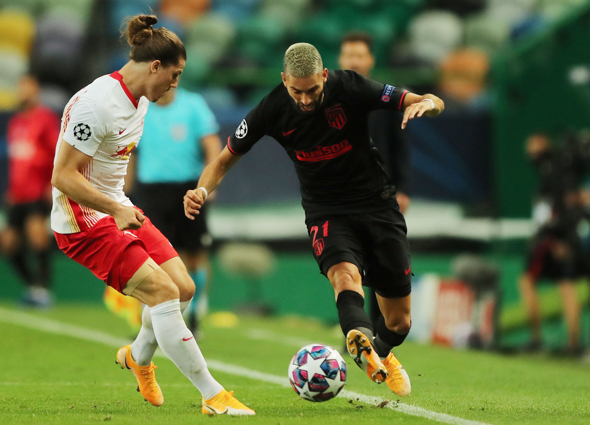 Lisbon (Portugal), 13/08/2020.- Marcel Sabitzer (L) of Leipzig in action against Yannick lt;HIT gt;Carrasco lt;/HIT gt; of Atletico during the UEFA Champions League quarter final match between RB Leipzig and Atletico Madrid in Lisbon, Portugal, 13 August 2020. (Liga de Campeones, Lisboa) EFE/EPA/Miguel A. Lopes / POOL